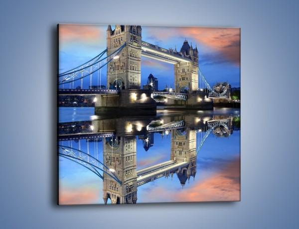 Obraz na płótnie – Tower Bridge w odbiciu wody – jednoczęściowy kwadratowy AM083