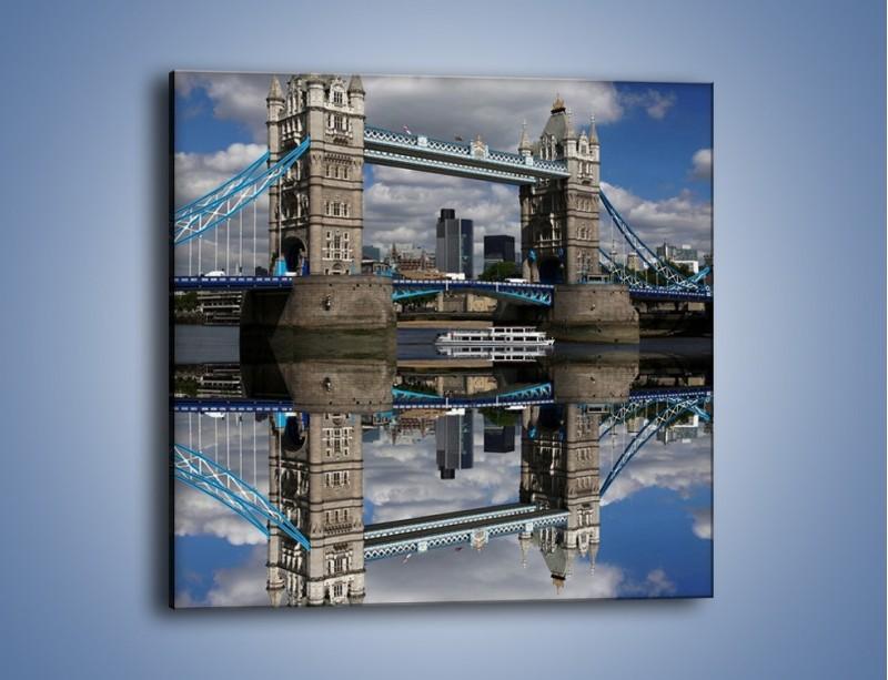 Obraz na płótnie – Tower Bridge w lustrzanym odbiciu wody – jednoczęściowy kwadratowy AM084