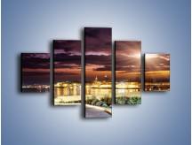 Obraz na płótnie – Błysk światła nad miastem wieczorową porą – pięcioczęściowy AM063W1