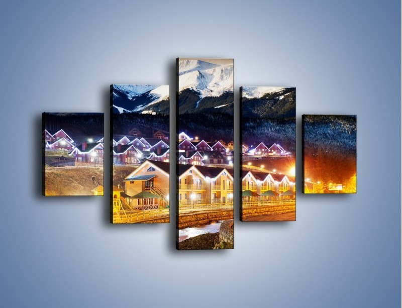 Obraz na płótnie – Oświetlone domki pod górami – pięcioczęściowy AM070W1