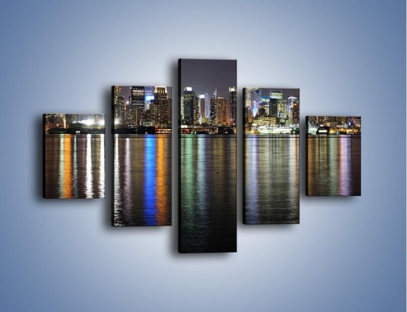 Obraz na płótnie – Światła miasta w lustrzanym odbiciu wody – pięcioczęściowy AM222W1