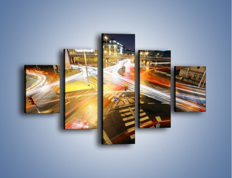 Obraz na płótnie – Światła samochodów w ruchu na skrzyżowaniu – pięcioczęściowy AM279W1