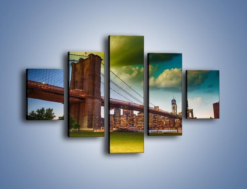 Obraz na płótnie – Most Brookliński pod pochmurnym niebem – pięcioczęściowy AM752W1