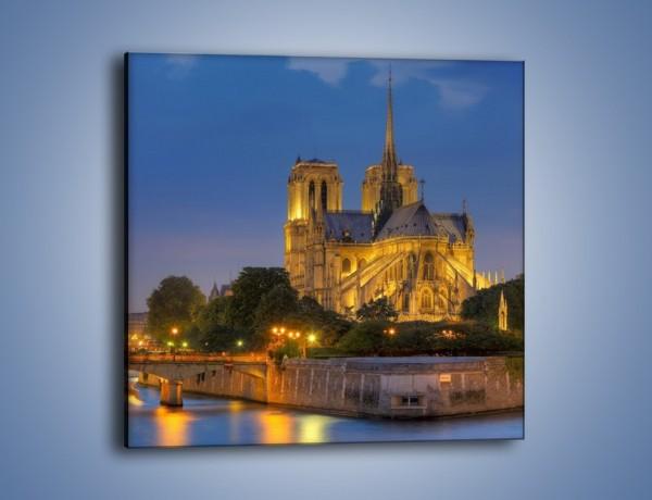 Obraz na płótnie – Kościół w świetle wieczornych lamp – jednoczęściowy kwadratowy AM170