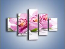 Obraz na płótnie – Biały kwiatowy stół – pięcioczęściowy K688W1