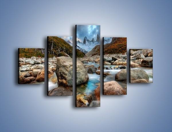 Obraz na płótnie – Niebezpieczny spacer po mokrych kamieniach – pięcioczęściowy KN810W1