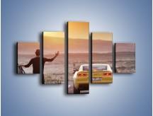 Obraz na płótnie – Chevrolet Camaro na pustynnej drodze – pięcioczęściowy TM080W1