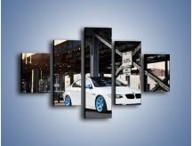Obraz na płótnie – BMW E92 M3 Coupe pod starym mostem – pięcioczęściowy TM088W1