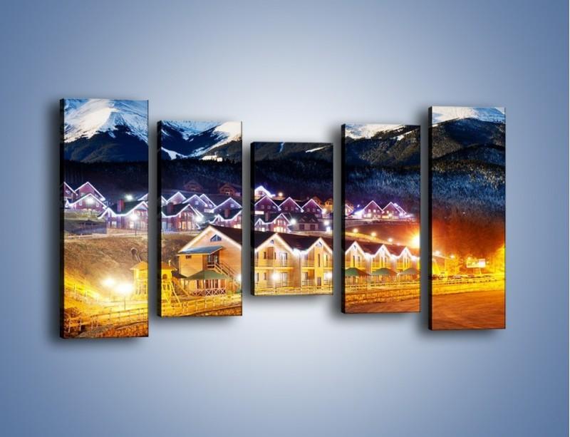 Obraz na płótnie – Oświetlone domki pod górami – pięcioczęściowy AM070W2