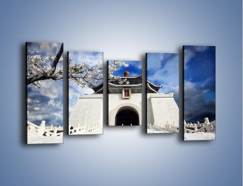 Obraz na płótnie – Azjatycka architektura z białymi kwiatami – pięcioczęściowy AM300W2