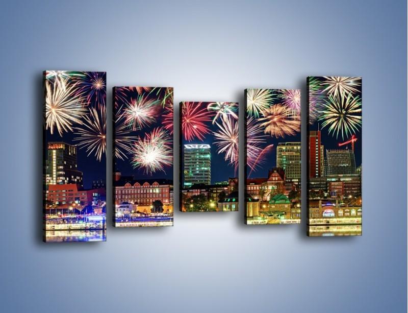 Obraz na płótnie – Noworoczne fajerwerki nad miastem – pięcioczęściowy AM452W2