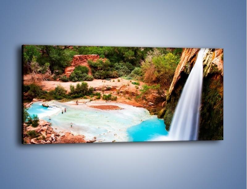 Obraz na płótnie – Zabawy przy wodospadzie – jednoczęściowy panoramiczny KN095