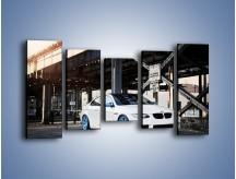 Obraz na płótnie – BMW E92 M3 Coupe pod starym mostem – pięcioczęściowy TM088W2