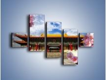 Obraz na płótnie – Azjatycka architektura z kwiatami – pięcioczęściowy AM298W3