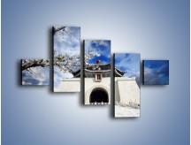 Obraz na płótnie – Azjatycka architektura z białymi kwiatami – pięcioczęściowy AM300W3