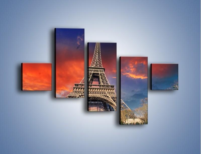 Obraz na płótnie – Wieża Eiffla pod niebiesko-czerwonym niebem – pięcioczęściowy AM463W3