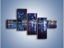 Obraz na płótnie – Światła miasta odbite w kałużach deszczu – pięcioczęściowy AM628W3