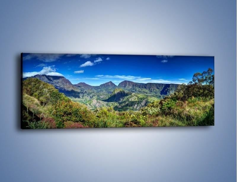 Obraz na płótnie – Zieleń ukryta wysoko w górach – jednoczęściowy panoramiczny KN1106