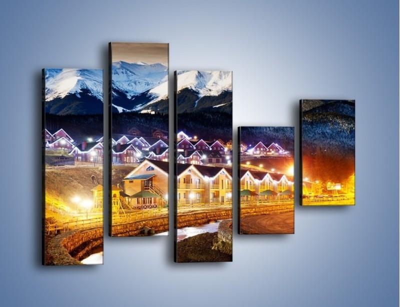 Obraz na płótnie – Oświetlone domki pod górami – pięcioczęściowy AM070W4