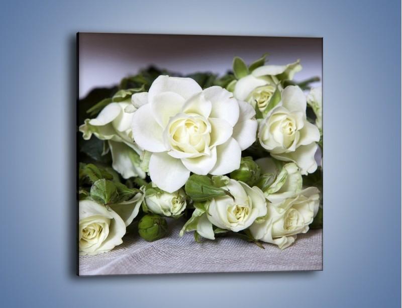 Obraz na płótnie – Białe róże na stole – jednoczęściowy kwadratowy K131
