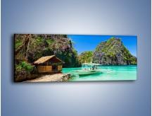 Obraz na płótnie – Błękit łódka i mały domek – jednoczęściowy panoramiczny KN1312A