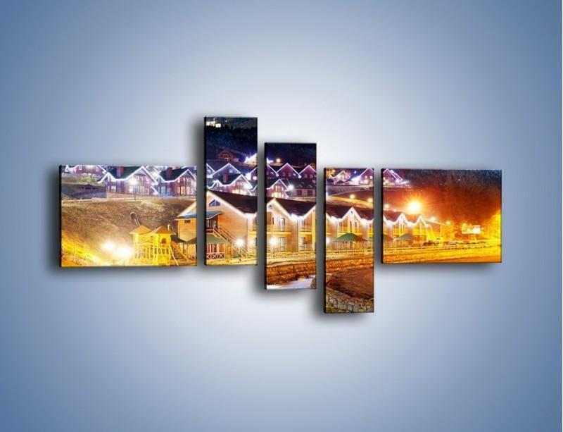 Obraz na płótnie – Oświetlone domki pod górami – pięcioczęściowy AM070W5