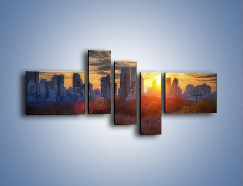 Obraz na płótnie – Wschód słońca nad miastem – pięcioczęściowy AM318W5