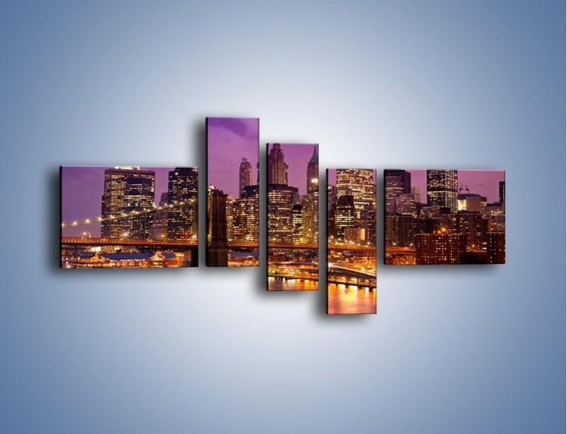 Obraz na płótnie – Nowy York pod fioletowym niebem – pięcioczęściowy AM434W5