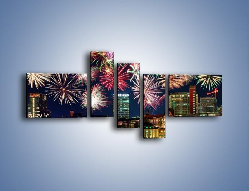 Obraz na płótnie – Noworoczne fajerwerki nad miastem – pięcioczęściowy AM452W5