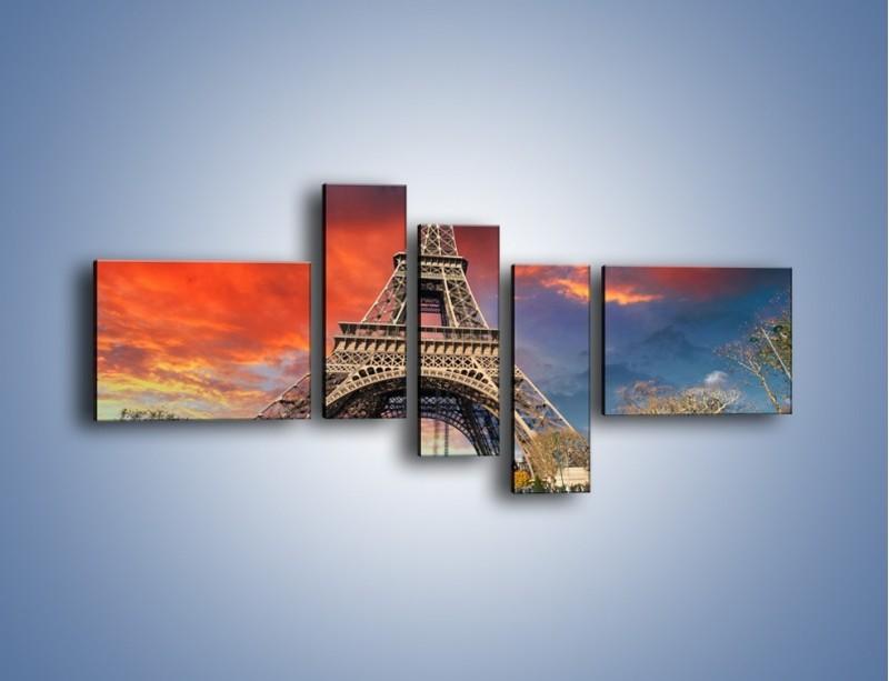 Obraz na płótnie – Wieża Eiffla pod niebiesko-czerwonym niebem – pięcioczęściowy AM463W5