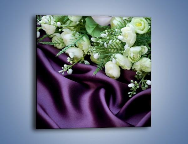 Obraz na płótnie – Białe kaczeńce na fioletowym atłasie – jednoczęściowy kwadratowy K206