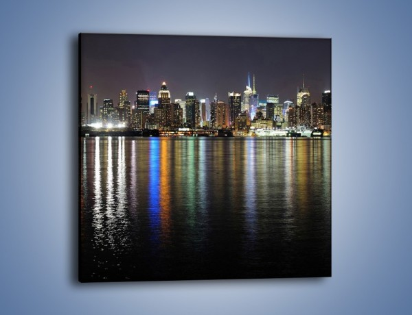 Obraz na płótnie – Światła miasta w lustrzanym odbiciu wody – jednoczęściowy kwadratowy AM222