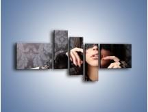 Obraz na płótnie – Kobieta i czarne koronki – pięcioczęściowy L078W5