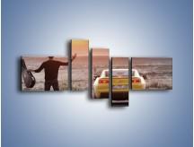 Obraz na płótnie – Chevrolet Camaro na pustynnej drodze – pięcioczęściowy TM080W5