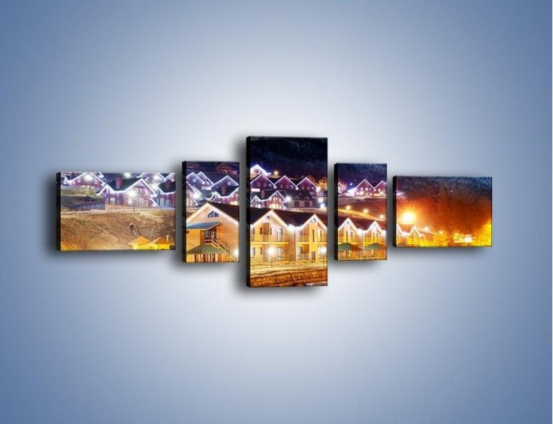 Obraz na płótnie – Oświetlone domki pod górami – pięcioczęściowy AM070W6