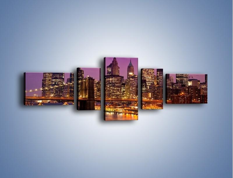 Obraz na płótnie – Nowy York pod fioletowym niebem – pięcioczęściowy AM434W6