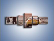 Obraz na płótnie – Chevrolet Camaro na pustynnej drodze – pięcioczęściowy TM080W6