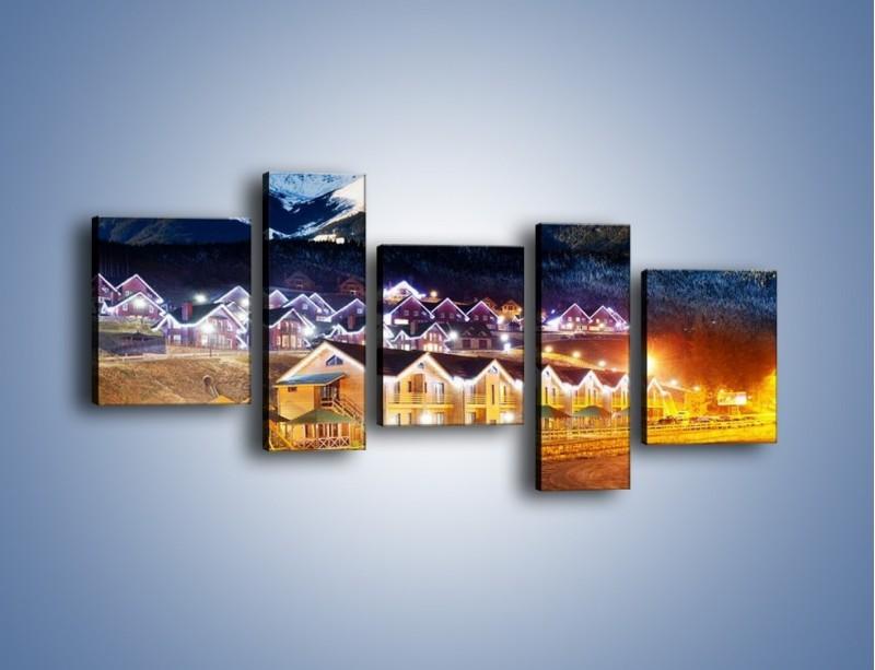 Obraz na płótnie – Oświetlone domki pod górami – pięcioczęściowy AM070W7