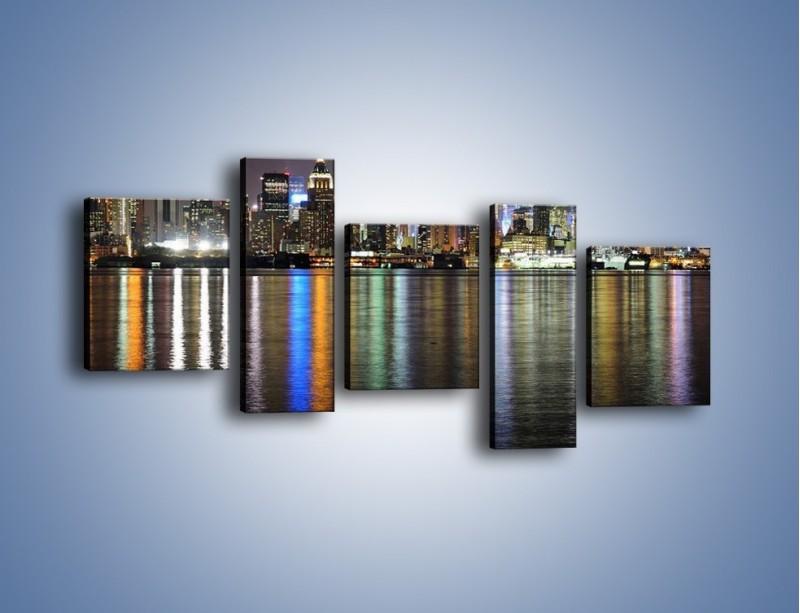 Obraz na płótnie – Światła miasta w lustrzanym odbiciu wody – pięcioczęściowy AM222W7