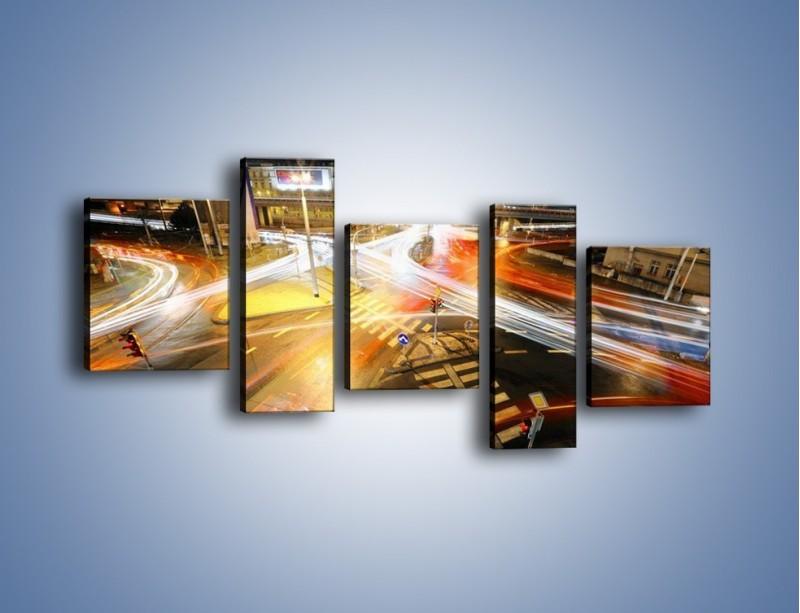 Obraz na płótnie – Światła samochodów w ruchu na skrzyżowaniu – pięcioczęściowy AM279W7