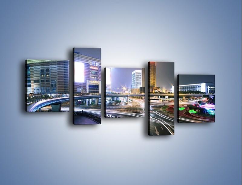 Obraz na płótnie – Oświetlone skrzyżowanie ulic w Szanghaju – pięcioczęściowy AM446W7
