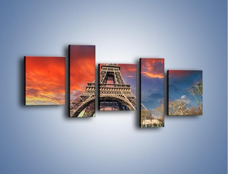 Obraz na płótnie – Wieża Eiffla pod niebiesko-czerwonym niebem – pięcioczęściowy AM463W7