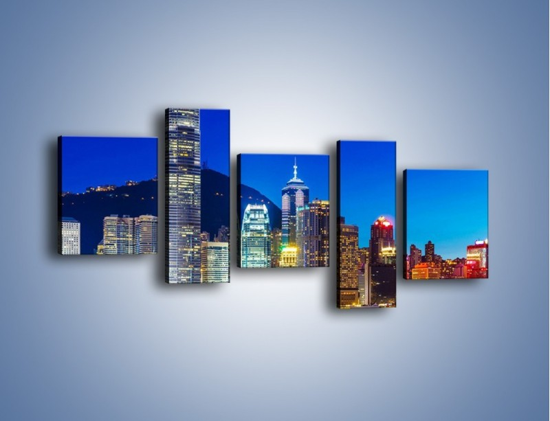 Obraz na płótnie – Oświetlone wieżowce Hong Kongu – pięcioczęściowy AM498W7