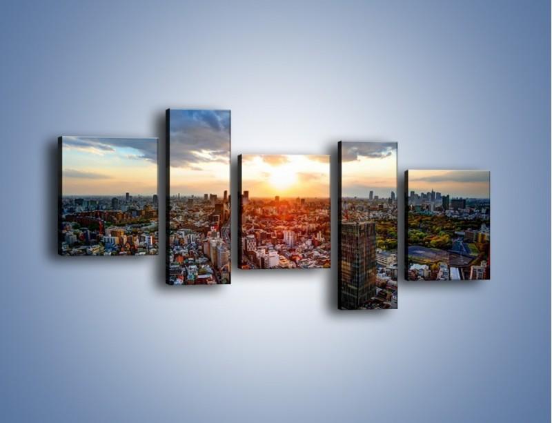 Obraz na płótnie – Panorama miasta o zachodzie słońca – pięcioczęściowy AM587W7