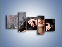 Obraz na płótnie – Kobieta i czarne koronki – pięcioczęściowy L078W7