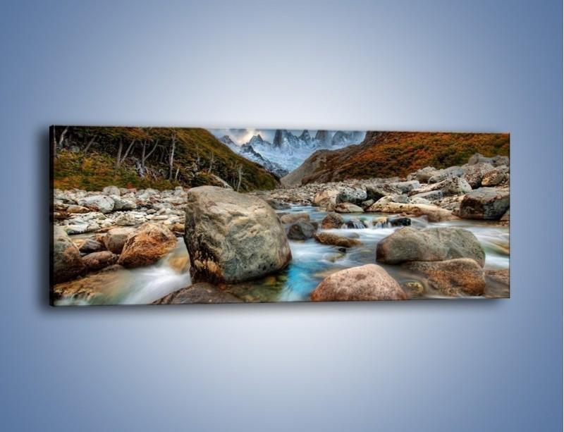 Obraz na płótnie – Niebezpieczny spacer po mokrych kamieniach – jednoczęściowy panoramiczny KN810