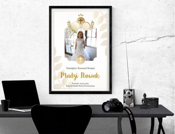 Plakat lub obraz na Pamiątkę I Komunii - Zdjęcie pod złotym krzyżem