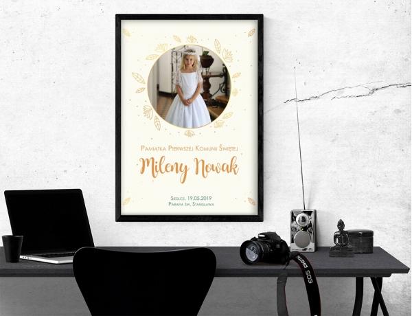 Plakat lub obraz na Pamiątkę I Komunii - Zdjęcie wśród złotych liści
