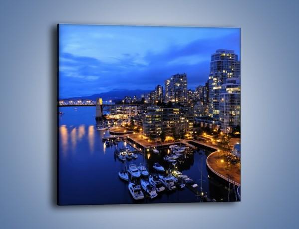 Obraz na płótnie – Port na jachty w mieście nocą – jednoczęściowy kwadratowy AM250