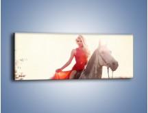 Obraz na płótnie – Damska przejażdżka w makach – jednoczęściowy panoramiczny L332